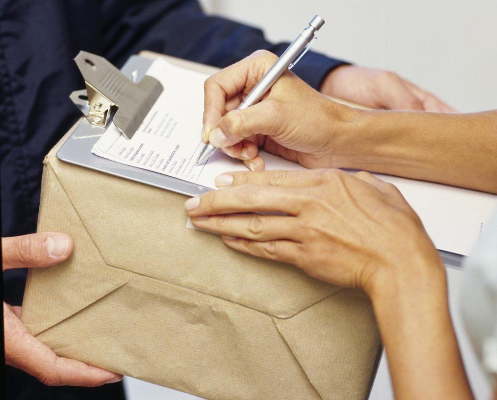 Отправляет письмо или посылку - кто это такой