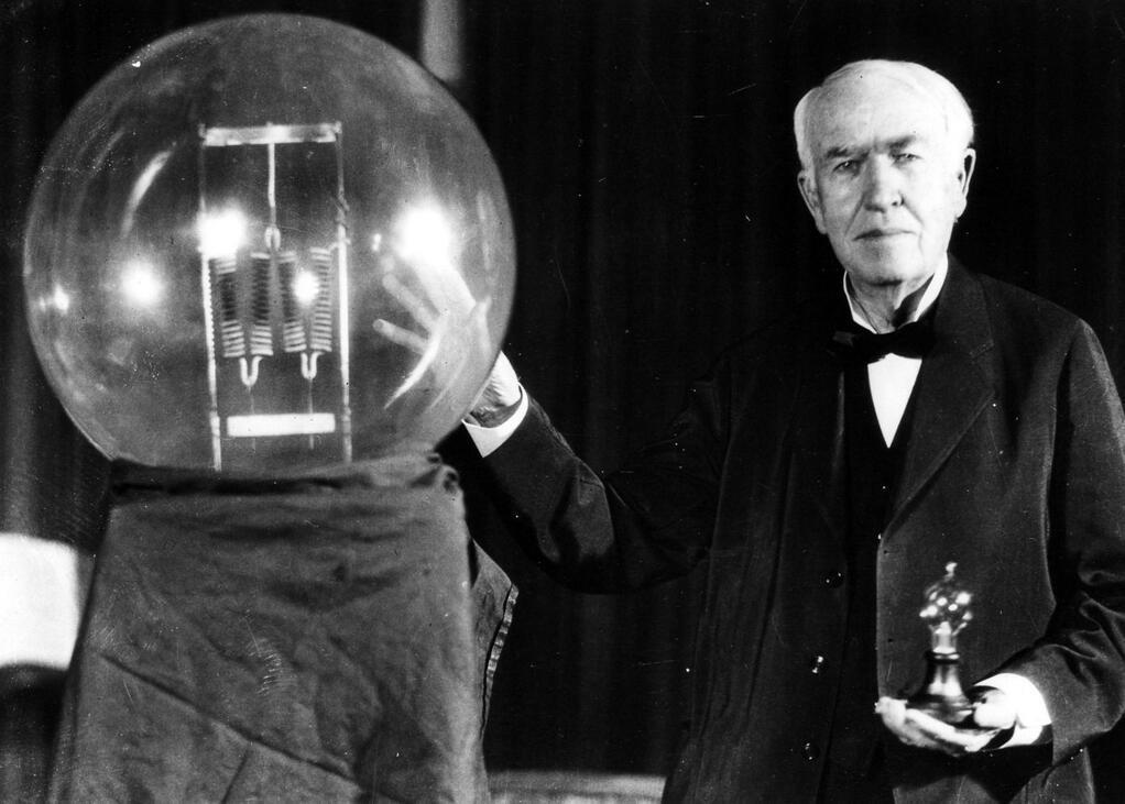 Кто изобрел первую электрическую лампочку-6