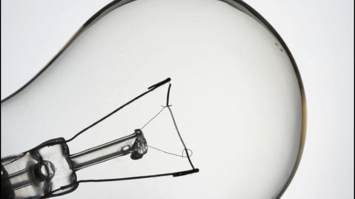Кто изобрел первую электрическую лампочку