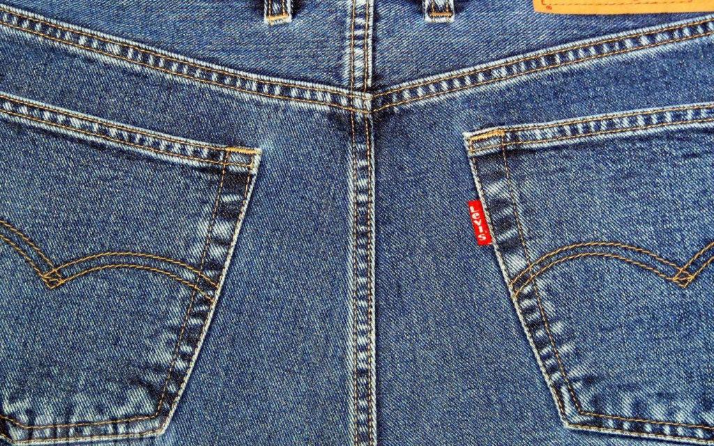 Кто придумал ставить на карманы джинсов медные заклепки-2