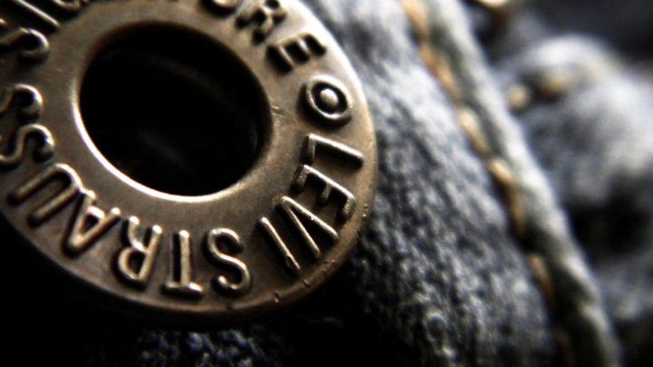 Кто придумал ставить на карманы джинсов медные заклепки